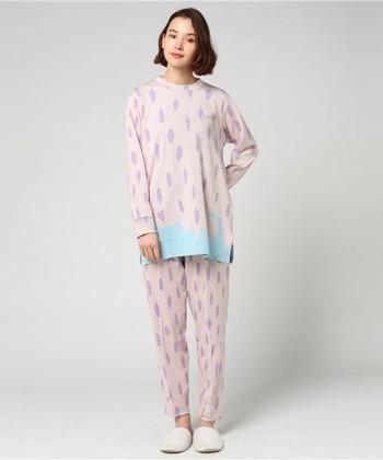 ピンクと淡いブルーのコントラストが可愛らしいパジャマ。トップスにはネコモチーフが裾にこっそり隠れています。