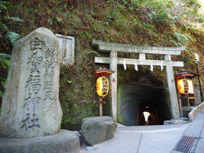 JR鎌倉駅から徒歩20分、急な坂を上っていく途中にあるのが「銭洗弁天(宇賀福神社)」の入り口です。「西北の谷に湧き出す霊水で神仏を供養すると天下平和が訪れるだろう」という夢のお告げによって源頼朝が創建しました。