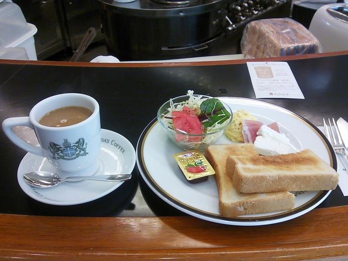 「イノダコーヒ」のモーニングと言えば、豪華な「京の朝食」が有名ですが、三条店ならカジュアルで美味しいモーニングセットが味わえます。 【画像は、三条店のモーニング、内容は、珈琲にトースト。生ハム・クリームチーズ・スクランブルエッグ・サラダ。】