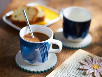 """マリメッコの「SAAPAIVAKIRJA(サーパイバキリヤ)」は""""お天気日記""""という意味。青の濃淡カラーが夏の朝食に映えますね。ほっとコーヒーも爽やかな一杯に。"""