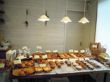 木のぬくもりを感じる店内。美味しそうなパンがズラリと並びます。