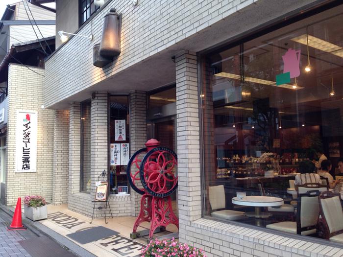 """""""京都の朝は、イノダコーヒの香りから""""というキャッチフレーズの通り、イノダコーヒで迎える朝は格別です。  イノダコーヒの本店が最も有名ですが、これから登山をスタートするなら、本店よりも気軽な雰囲気が魅力の三条店がお勧めです。本店から歩いてわずか1分の場所に三条店があります。最寄り駅は、烏丸御池駅ですが、三条駅からなら歩いて10分程です。"""