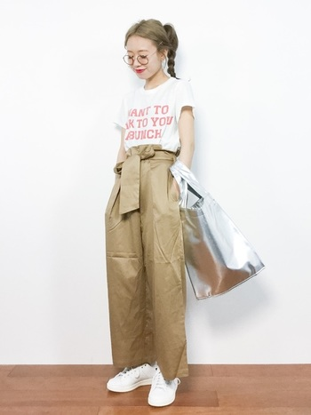 カジュアルな装いでもちょっぴり大人度を上げてくれるのが「シルバーバッグ」。大きめなトートでもレザー調なら光りすぎず、嫌みになりません。
