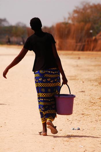 鮮やかな色彩とデザインがポップな「カンガ」は、タンザニアやケニアなど東アフリカで衣類や風呂敷として利用される一枚布 。パレオ同様ワンピースにしたりさまざまに着こなせますが、Tシャツと合わせてタイトな巻きスカートとして着こなすのもお洒落です。