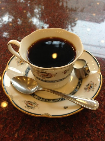 長年京都で商う「ワールドコーヒー」は、その店名通りに、世界各地から高品質の珈琲豆を厳選輸入し、自家焙煎しています。 自慢の珈琲は、香り豊かで飲みやすく、美味しいと評判。白川本店では、本店でしか味わえないブレンドコーヒーが頂けます。