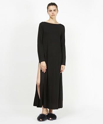 深くスリットの入ったシンプルなドレス。おうちのリラックスタイムも女性らしくいたい…という方におすすめの大人っぽい一枚です。