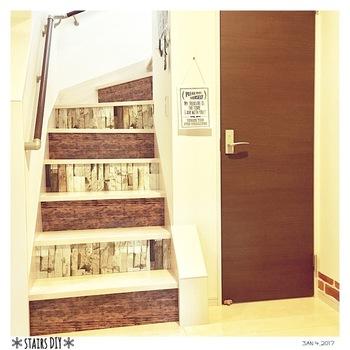 階段の側面にリメイクシートを貼ったカラーボードをはめ込むだけで、雰囲気ががらりと変わります。