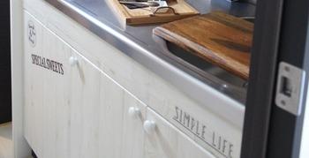 キッチン収納の扉を板壁風リメイクシートでアレンジ!ナチュラルで可愛らしい雰囲気に仕上がります。