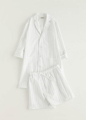 パジャマなのにオシャレ。 トレンドのロング丈の羽織は、日中の家着にも最適。