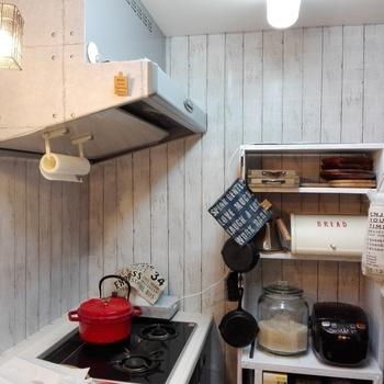 白い木目調のシートを壁の大きな面に貼ってアレンジ♪白を基調としたナチュラルなキッチンの良いアクセントになりますね!