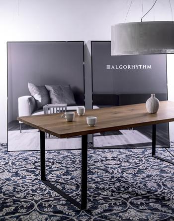 重厚感あるダークな色味が特徴のウォールナットは、高級感があり、モダンなイメージのお部屋づくりにぴったりの樹種です。堅く強度があることからテーブルなどに多く使われます。こちらは無垢材の板にアイアンの脚部がシャープな印象のテーブル。