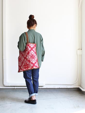 持ち手がスエードの大人っぽい雰囲気のバンダナ柄のトートバッグ。流行に左右されないベーシックな柄なので、男女共用で使えます。カジュアルなファッションアイテムとして、コーディネートのポイントにもなりますね。