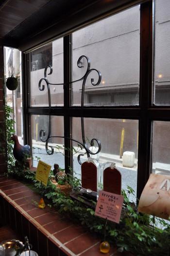 アンティークな雰囲気に、手描きのメニューが可愛らしい「モトマチ喫茶」、実は2009年12月オープンです。元々ここで営業していた喫茶店を引き継ぎ、レトロな雰囲気を残しつつ、新しいオーナーのセンスも光ります。