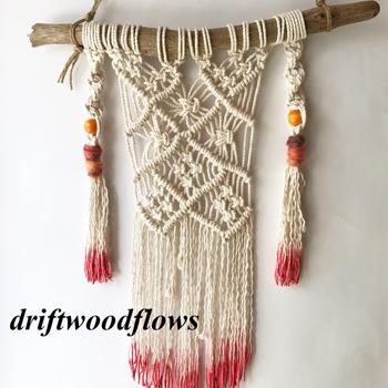 流木に麻ひもを吊るしてハンガーにすれば、ナチュラル感のある壁掛けになります。人気のマクラメ編みも存在感のあるタペストリーに変身!