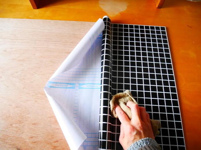 ③仮止めができたらゆっくりと後ろの紙を剥がして、貼り付けていきます。少しずつ貼っていくと空気が入らず綺麗に貼ることができますよ。