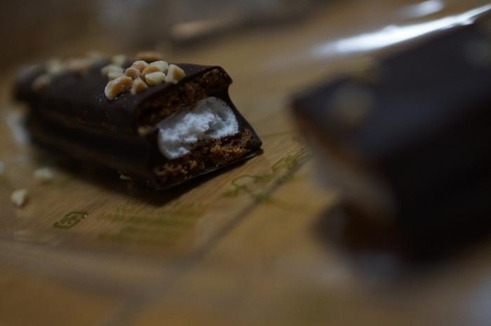 ふわふわのマシュマロがサクサクのチョコがけサブレでサンドされたスイーツ。サブレはシナモン、ナツメグ、カルダモンといったスパイス入りで、ただ甘いだけのスイーツではないところがポイントです。