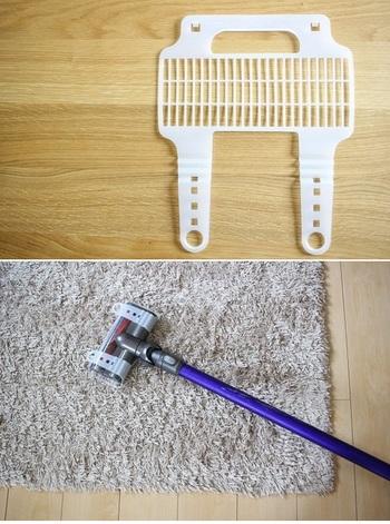ふとんやラグを吸引中の掃除機ノズルへの絡みつきを防ぐ「ふとん用掃除機カバー」は、T型ノズルの機種に対応。100均のキャンドゥの商品です。