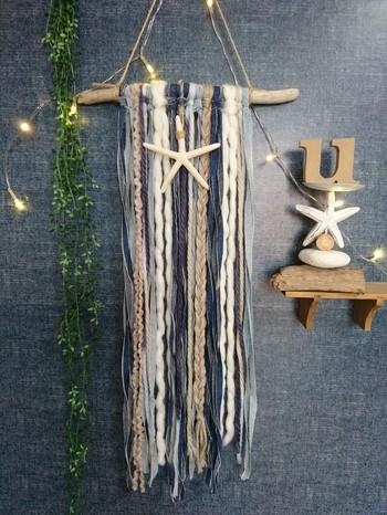 毛糸や布を細く切って結ぶだけでも、ニュアンスたっぷりの壁掛けが簡単に作れますよ。