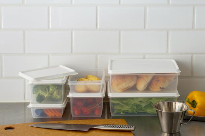 キッチンに北欧スタイルを取り入れたいなら、スウェーデンのメーカー「Daloplast / ダロプラスト」のストレージコンテナーはいかがでしょうか?凹凸のないフラットなデザイン、スタッキングできるサイズ展開や蓋の設計など、機能性と美しさを兼ね備えています。