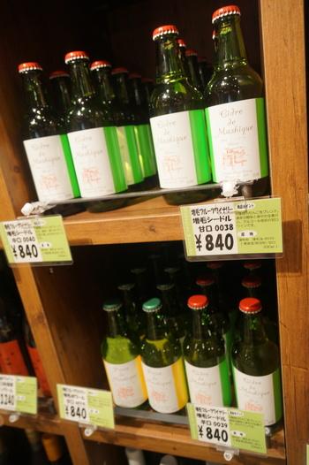 ワインも見逃せないものが並んでいますが、お酒があまり得意でない方にも飲んでいただきたい「増毛(ましけ)シードル」がこちらのお店で購入することができます。  「増毛シードル」とは、『増毛フルーツワイナリー』でつくられる、増毛産のりんごを使ったアルコール度の低いお酒です。