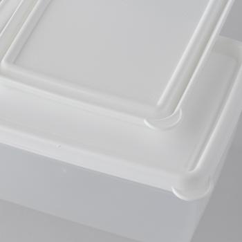 蓋は開けやすいようカドにタブがあります。また、蓋の溝としっかり重なる溝が底にもあり、重ねたときに滑り落ちにくくなっているのもポイント。保存容器としてだけでなく、ランチボックスとしてもおしゃれに持ち歩けそうですね。