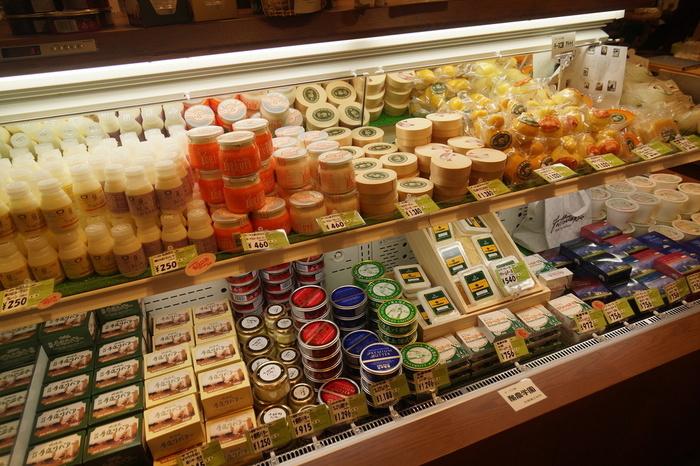 ワインやチーズなど北海道の自然によって育まれた商品がずらりと並ぶ『ワインアンドチーズ 北海道興農社』。保冷バッグの購入や地方配送も可能なので、安心してお買い物できます。