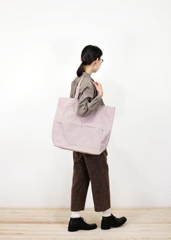 容量たっぷりの10号帆布を使ったムーブバッグ。肩にかけられる長めの持ち手と、短めの持ち手の2WEY仕様。とにかくザクザクとものが入るので、荷物の多いときに便利!こちらの色は、パープルグレイ。