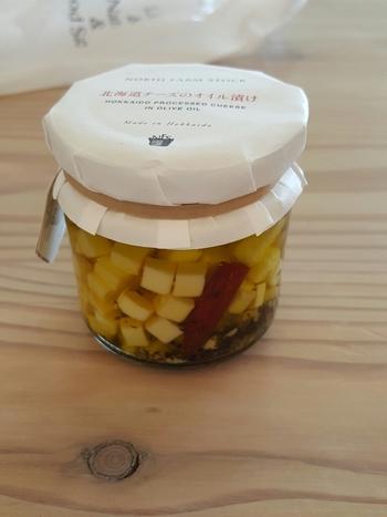 こちらは「北海道チーズのオイル漬け」。そのままワインのおつまみにしても合いそうですが、サラダなどにも使えるそうです。