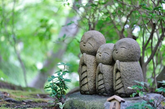 一年を通して人気の観光スポット「鎌倉」には、由比ガ浜などのビーチや自然豊かなハイキングコース、おしゃれなカフェはもちろん、神社やお寺がたくさんあります。なかでも鎌倉の地を繁栄させた源頼朝ゆかりの神社が多く、お寺参りでは「江ノ島七福神」を巡ることもできますよ。ご利益いっぱいの鎌倉で、いつもとは少し違った散策を楽しみませんか。