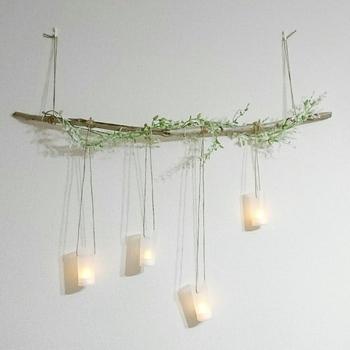 LEDライトを吊した流木ライト。ライトは百円ショップなどでも気軽に入手できますよ。