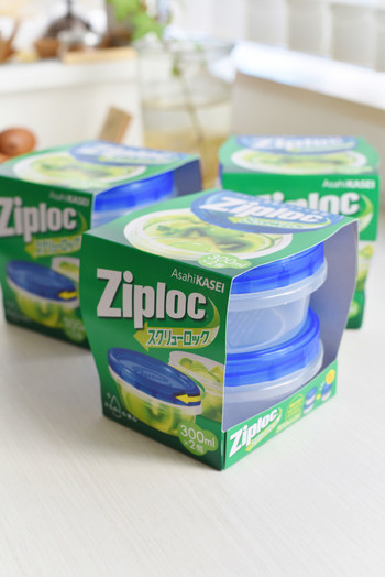 ジッパーバッグやコンテナなど、さまざまなタイプの保存容器がある「Ziploc」。今回はこちらの「スクリューロック」をご紹介。蓋をひねって開けるスクリュー式なので、汁漏れや飛び散りが少ないのが特徴。ピクルスやフルーツなど水気の多いものや、粉もののストックに便利です。