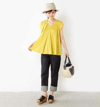 フレンチスリーブのAラインがキュートなイエローのブラウス。ひらりと広がる裾がとても可愛らしいですね。活動的な雰囲気を出すことができます。
