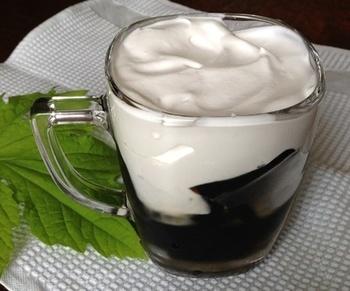 お砂糖を入れてた喫茶店風のコーヒーゼリーのレシピです。ふんわり泡立てた生クリームを乗せればより本格的!