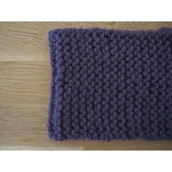 マフラーのもっともシンプルな編み方がガーター編み。  表裏で編み方を変える必要がなく、同じ編み方を繰り返すだけなので初心者さんにオススメです。