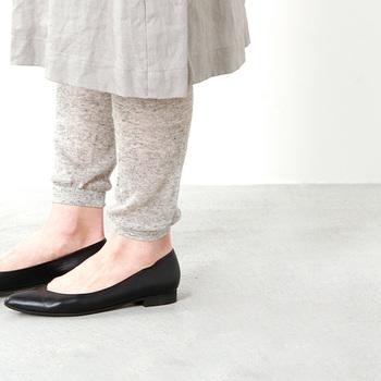夏には夏専用のレギンスを。コットンリネン製で、柔らかく爽やかな履き心地&脚を冷房の冷えや紫外線から守ってくれる実用性も期待できるアイテム。ナチュラルな天然素材の風合いは、深みがあってコーデのさりげないポイントにもなってくれます。