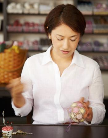 荒木永子さんは、嫁ぎ先の義父母、荒木計雄さん・八重子さんが昭和58年に結成された「讃岐かがり手まり保存会」を受け継いで活動されてます。
