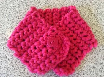 針を使わず、自分の手の指を使って編む「指編み」。毛糸を指にくぐらせていくだけの繰り返しでできるので、老若男女問わずできる編み方です。