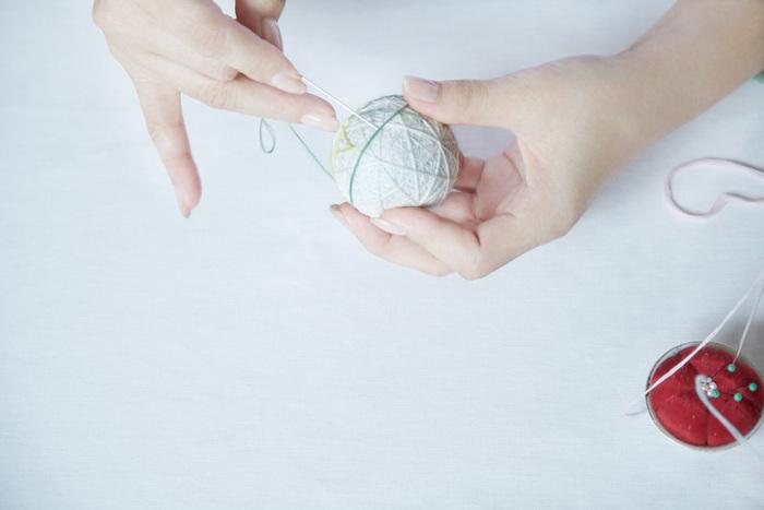「讃岐かがり手まり」の材料は、以下のようなシンプルなものです。  ・芯となる「もみ殻」 ・もみ殻を包む「和紙」 ・丸く形を整える「草木染地巻き用木綿糸」 ・模様をかがる「草木染木綿かがり糸」 ・「針」と「はさみ」