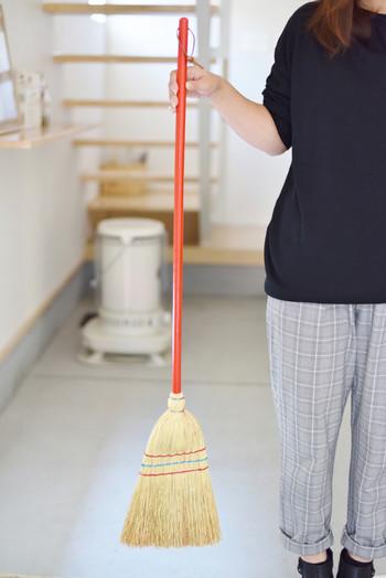 赤いハンドルが、お掃除気分をON♪こちらのサイズ、ドイツ本国では、子ども用のほうきとして販売されているそう(^.^)