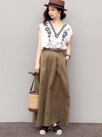 女性らしい印象のリボンサンダルには、夏に似合う「刺しゅうモチーフ」がぴったり。カゴバッグやカンカン帽を合わせて夏らしさをプラスして。