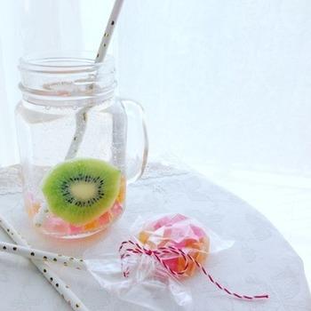 りんご酢のソーダ割りに琥珀糖をプラスして涼しげな夏のドリンクに。お好みのフルーツビネガーで割って楽しんでみて下さいね。