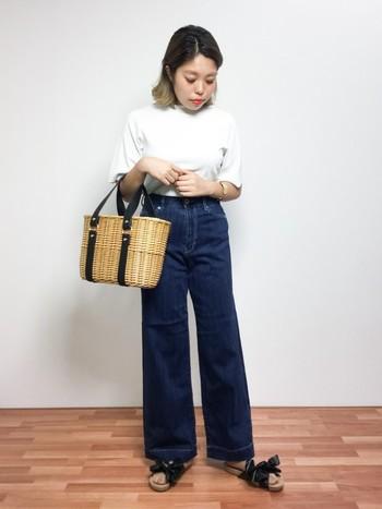 濃いめデニムに白Tシャツを合わせたメンズライクなコーデに女性らしさをプラスしてくれるリボンサンダル。夏らしいカゴバッグを合わせてお出かけルックに。
