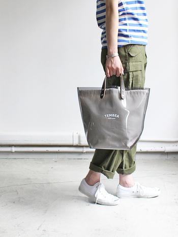 ビニール素材のしっかりしたトートバッグに、キャンバス地の内袋がセットされています。取り外しは自由。