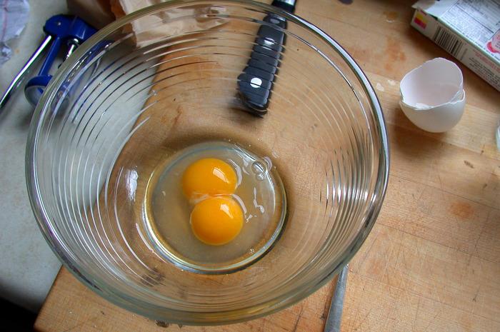 卵を大きく混ぜられるよう、大きめのボウルに材料を準備しましょう。  【基本の材料】 ・卵 ・牛乳少々 ・塩コショウ適宜  です。 これを手早く30秒ほどワーッと泡立て器で混ぜます。