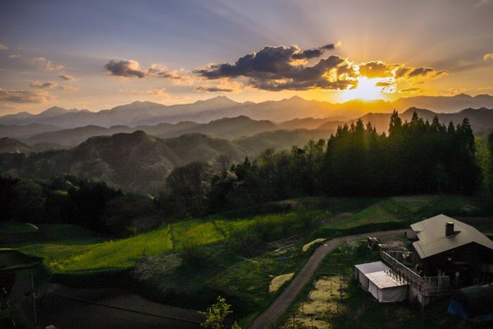 小川村は、夕陽の名所としても知られており「信州サンセットポイント百選」の一つに指定されています。折り重なる山容、沈みゆく夕陽、夕陽に染まった赤い雲が織りなす景色は、一枚の絵画のようです。