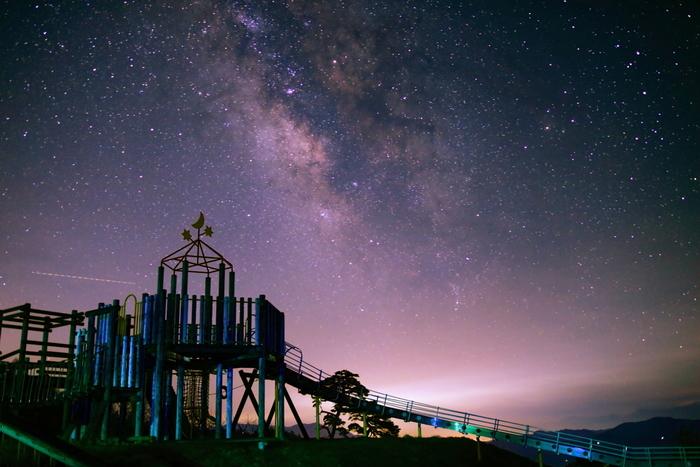 澄み渡った心地よい空気に包まれた小川村の夜空には、星々が宝石のように煌めきます。プラネタリウムのような夜空に輝く星灯りは明るく、手を延ばせば星に手が届くような錯覚さえも感じます。