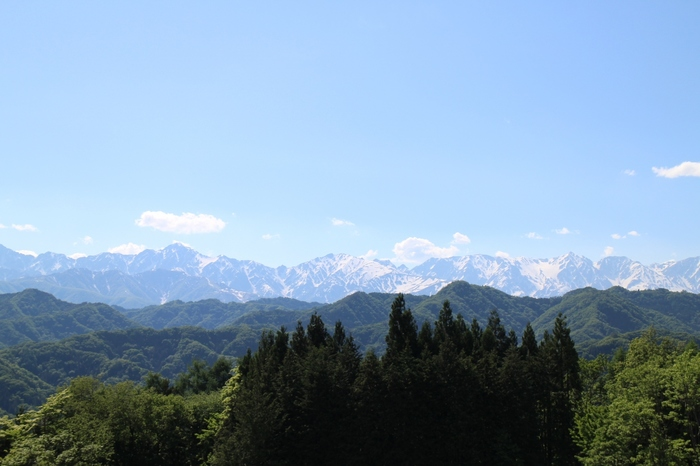 小川村北部に位置するアルプス展望広場からは、大パノラマで北アルプスの名峰を臨むことができます。夏でも冠雪した白馬岳から乗鞍岳まで美しい山容が折り重なる様は、いつまで眺めていても飽きることはありません。