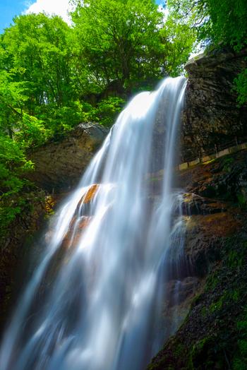 高山村の名勝に指定されている雷滝は落差30メートル、幅5メートルの滝です。豊富な水がすさまじい音を轟かせながら滝壺めがけて一気に流れ落ちる様は壮観です。