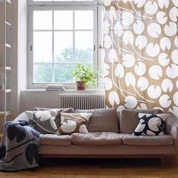 カーテンもクッションカバーもブランケットも同じパターンでそろえて。素材が麻なので、カーテンにすると程よい透け感が出るのも素敵です。