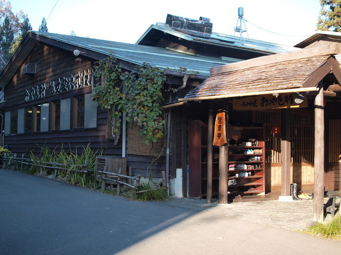 古民家を改装した風情ある佇まいをした外観の小川の庄おやき村では、信州名物のおやきや手打ち蕎麦などをいただくことができます。